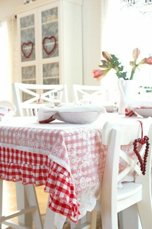 nappe-rouge-blanche-fleurs-chambre-de-séjour-cuisine-intérieur-blanc-moderne-chaises-blancs