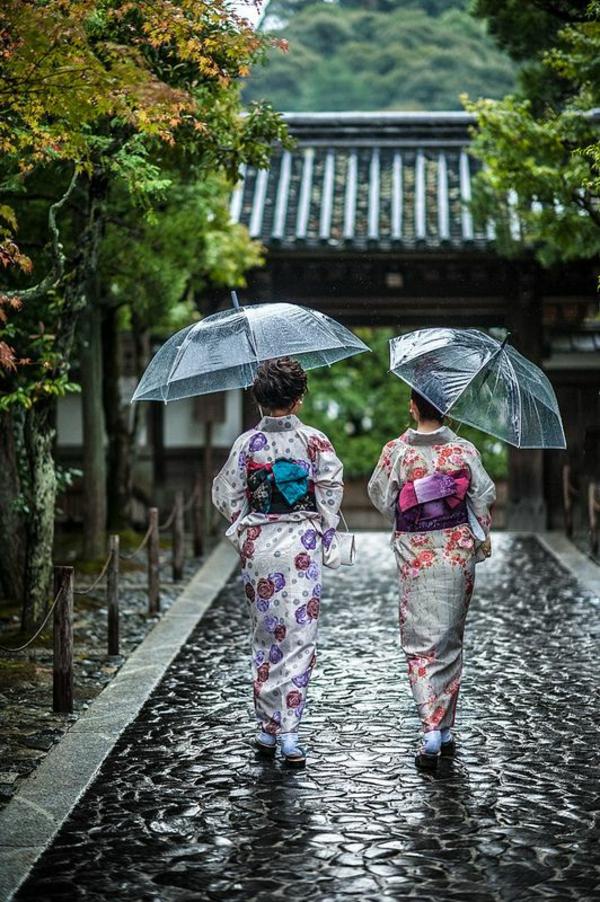 parapluie-transparent-et-deux-dames-en-kimonos