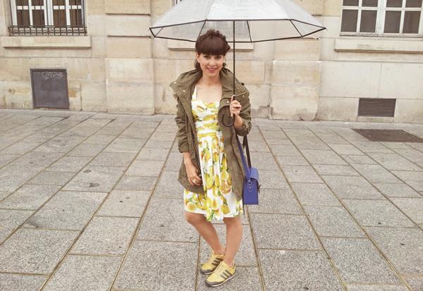 parapluie-transparent-et-tenue-urbaine
