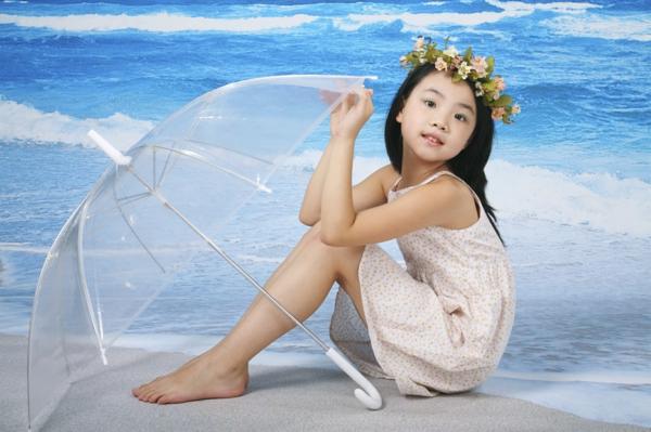 parapluie-transparent-et-une-petite-fille