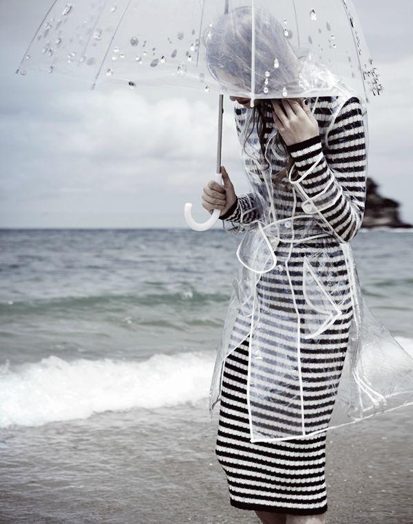 parapluie-transparent-et-une-robe-à-rayures