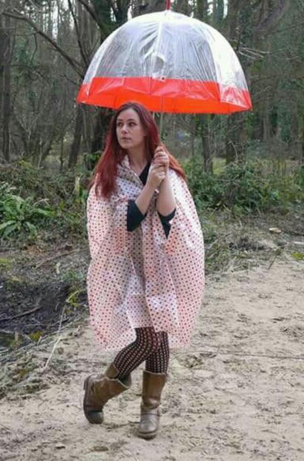 parapluie-transparent-rebord-rouge