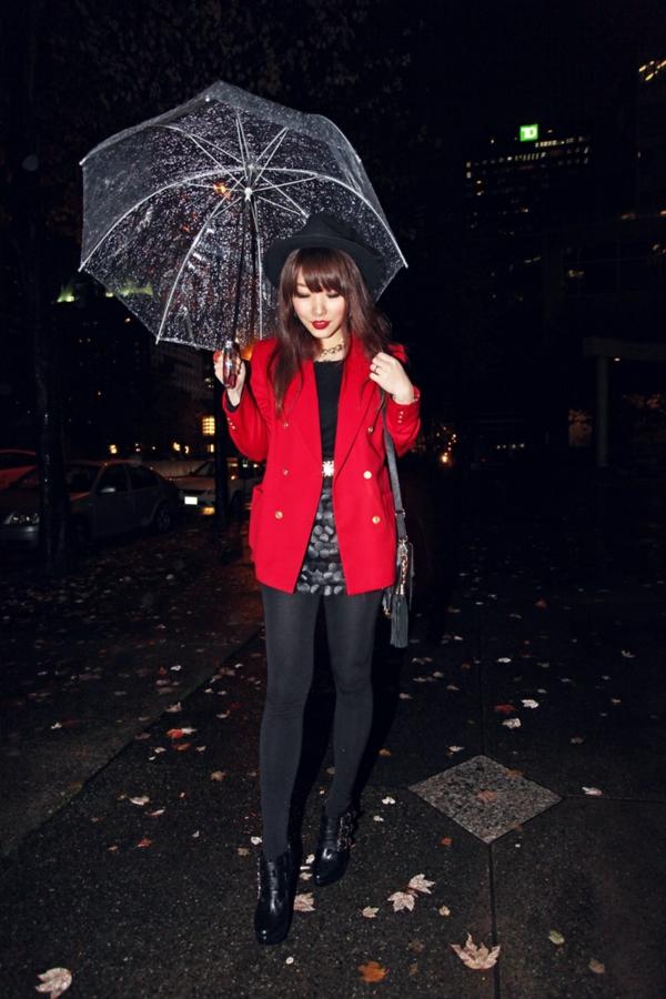 parapluie-transparent-une-fille-portant-un-parapluie