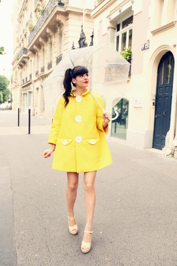 parapluie-transparentet-fille-en-tenue-jaune