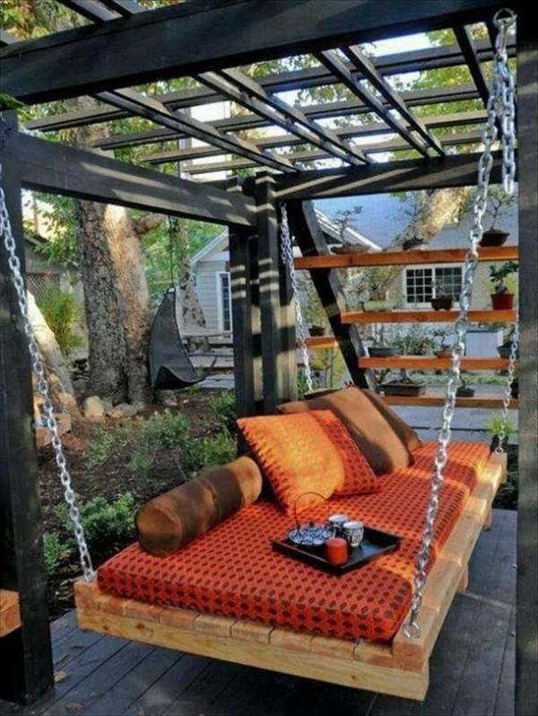 pavillon-de-jardin-en-bois-chaises-berçante-canapé-berçante-coussins-oranges