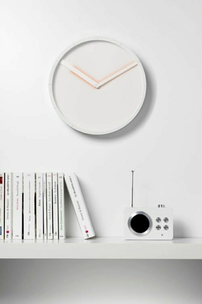 pendule-design-originale-élégante-mur-blanc-livres-étagère-en-bois-blanc