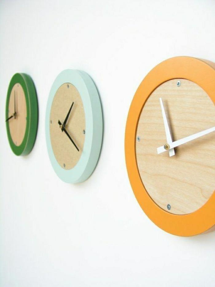pendule-murale-colorée-vert-orange-bleu-mur-blanc-idée