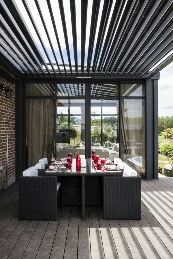 pergola-bioclimatique-en-aluminium-accollée-au-mur