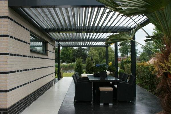 La pergola bioclimatique d coration et fonctionnalit for Lampe exterieur pour pergola