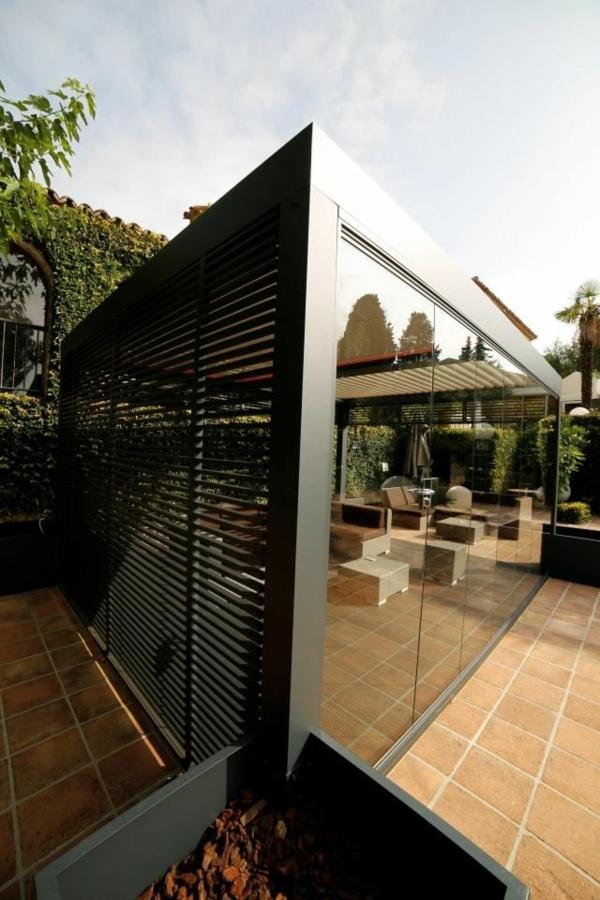 pergola-bioclimatique-super-moderne-mur-en-verre