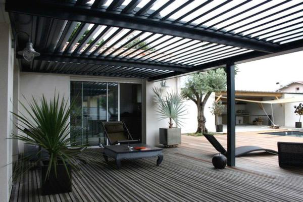 pergola-bioclimatique-tonnelle-à-lames-orientables-et-grande-terrasse