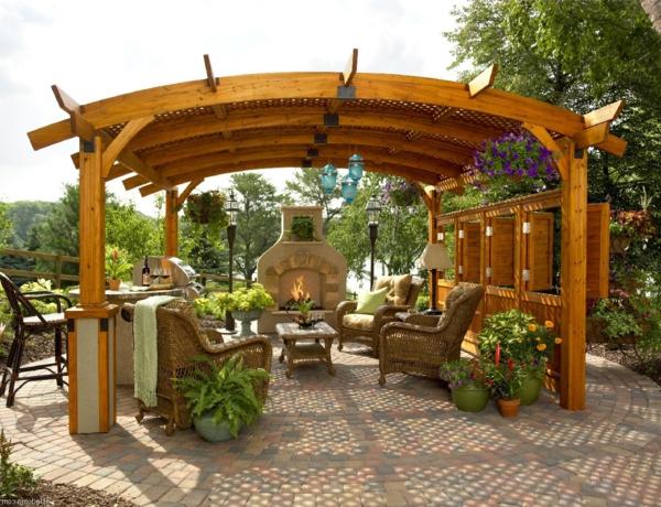 pergola-en-bois-cour-jardin-fleurs-cheminée-extérieur