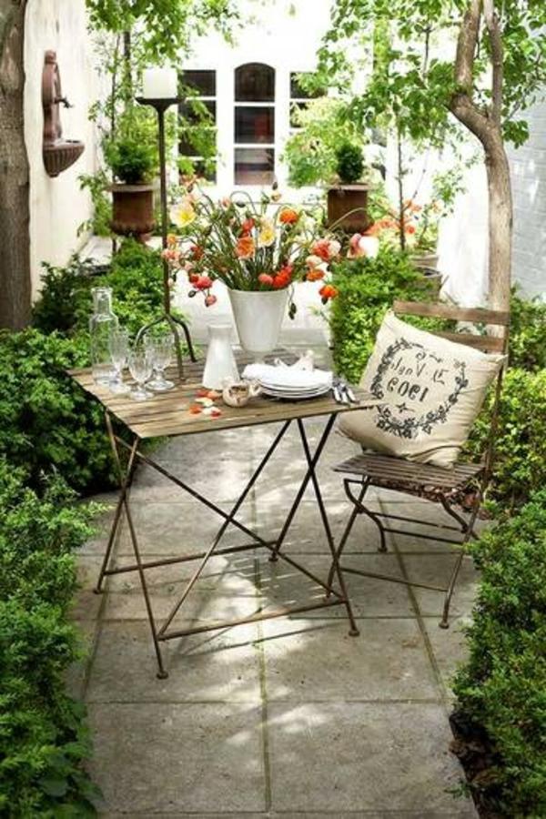 petit-jardin-tables-de-jardin-chaises-en-fer