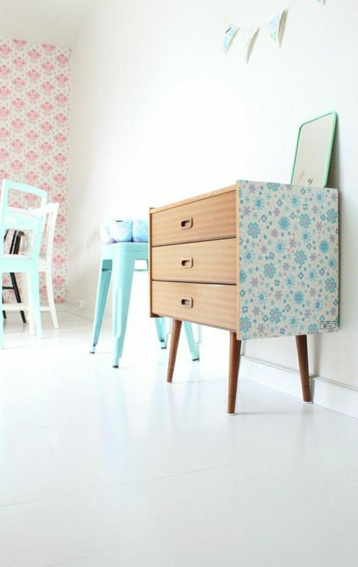 petit-meuble-en-bois-bleu-chaise-plastique-mur-blanc-rose-chambre-enfant