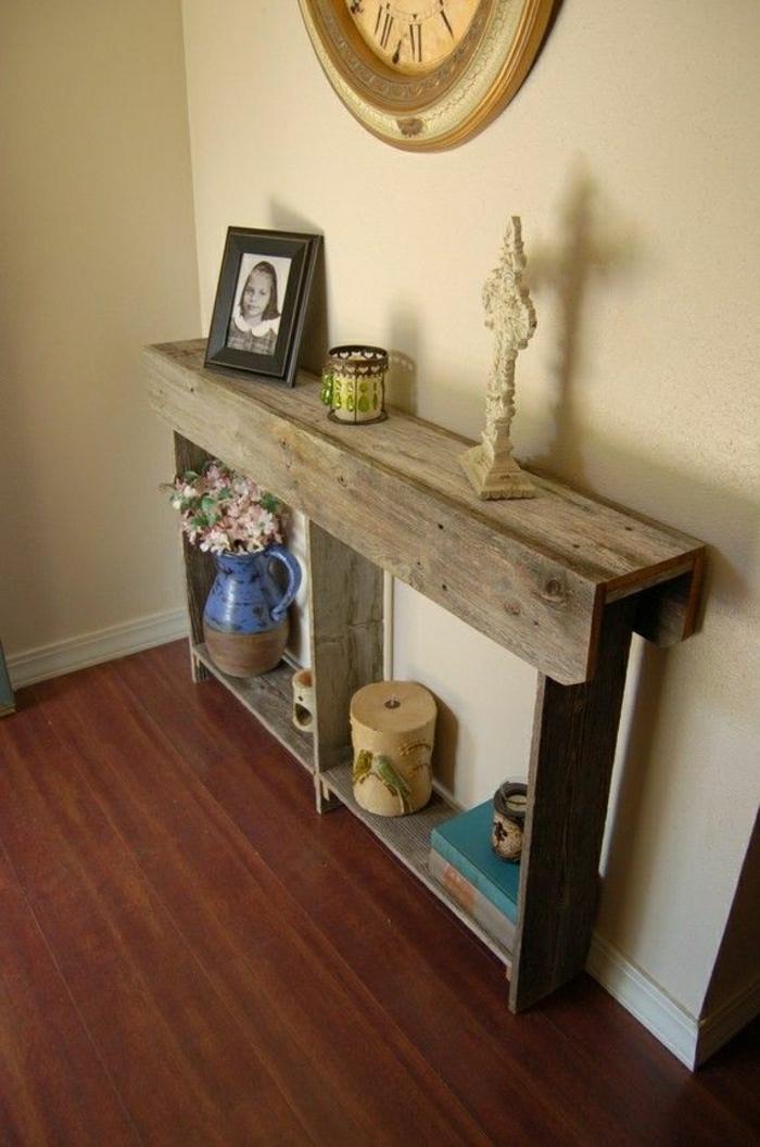petit-meuble-en-bois-meuble-entrée-photos-d-enfant-pendule-murs-beiges