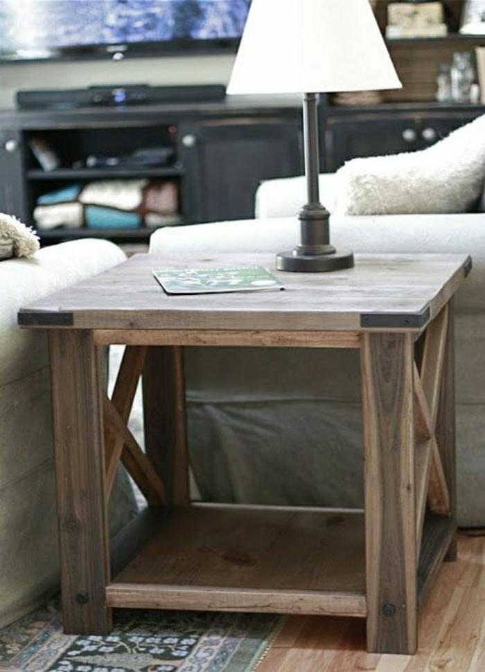 petit-meuble-en-bois-salon-sol-en-parquet-tapis-coloré-lampe-blanche-