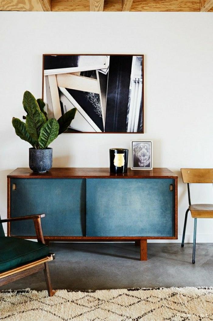 petit-meuble-entrée-meuble-en-bois-bleu-plante-verte-peinture-sol-en-lin-tapis