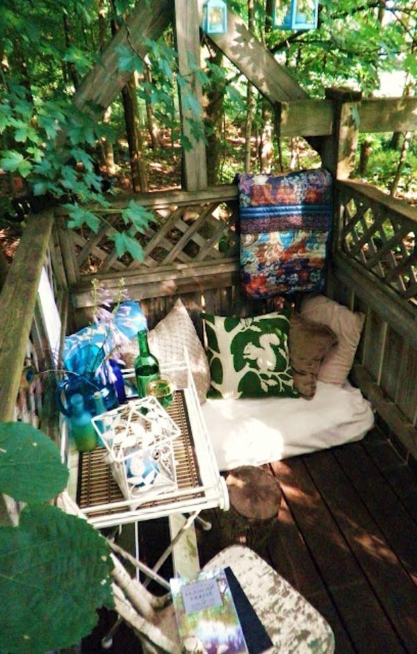petite-table-de-jardin-coin-de-jardin-magnifique-balcony-en-bois