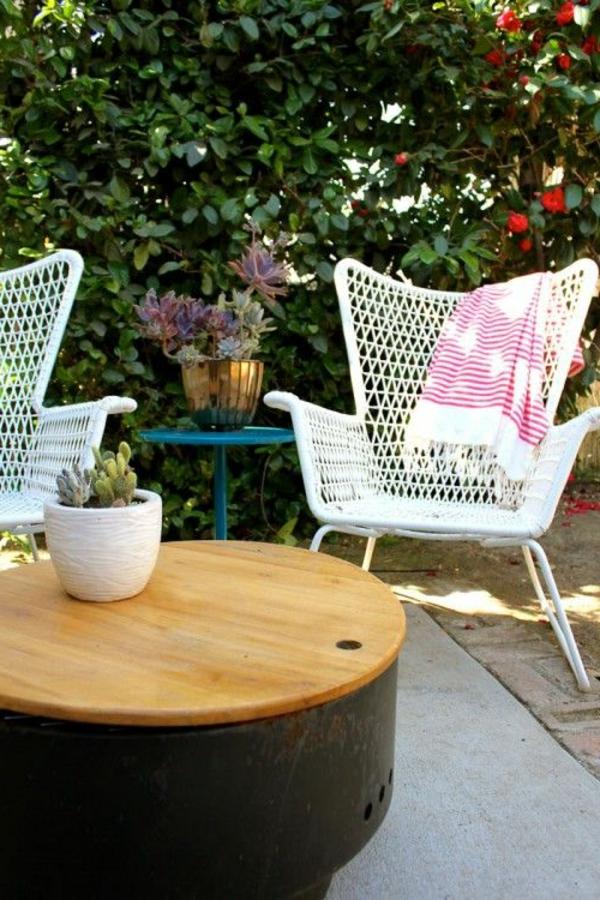 petite-table-de-jardin-en-bois-chaise-en-fer-blanc