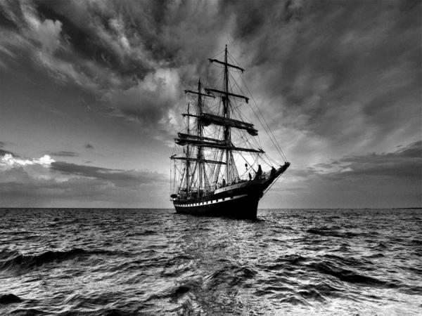 photo-la-nature-mer-et-bateau-blanc-et-noir-monochrome