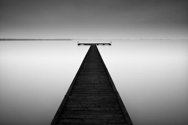 photo-la-nature-quai-blanc-et-noir-mer-solitude-photographie-artistique