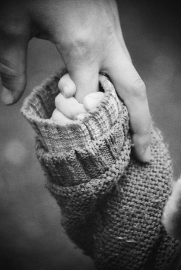 photo-mains-noir-et-blanc-photographie-artistique-maman-et-enfant