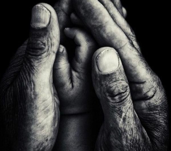 photo-mains-noir-et-blanc-photographie-enfant-et-parent-artistique