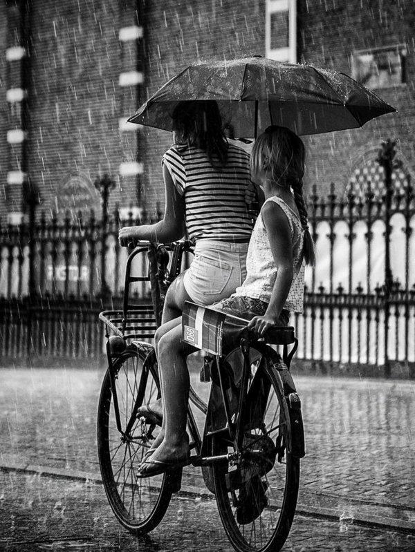 photo-nature-pluit-mer-et-enfant-velo-noir-et-blanc-photographie