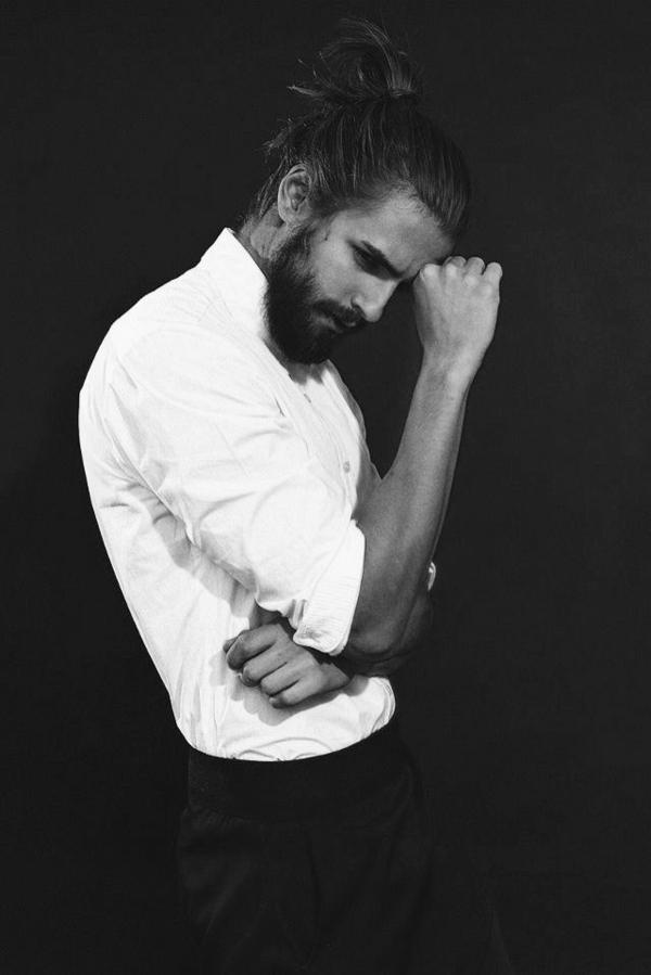 photographie-noir-et-blanc-portrait-chemise-blanc-homme-beau