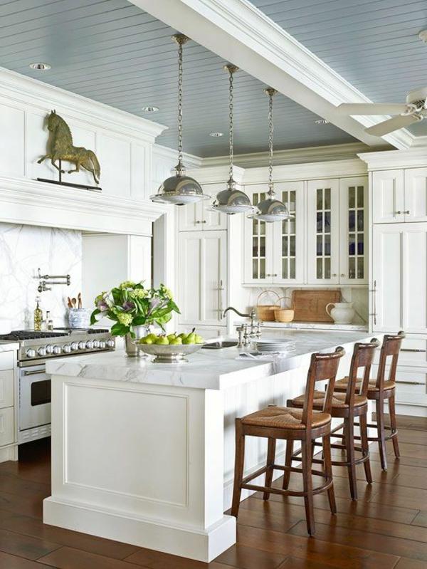 plan-de-travail-en-marbre-cuisine-aux-éléments-rustiques