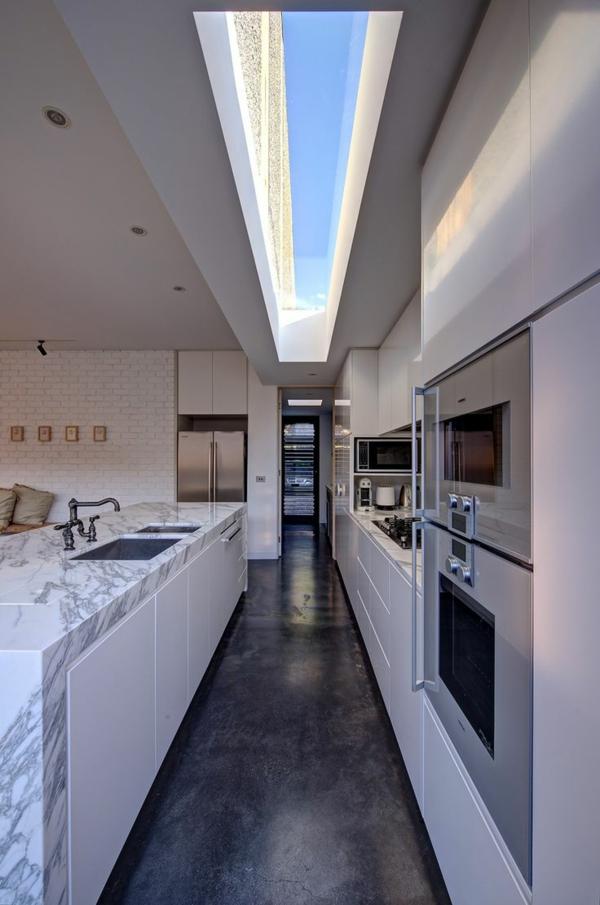 plan-de-travail-en-marbre-cuisine-avec-une-longue-verrière-de-toit
