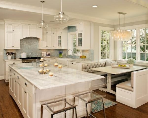 plan-de-travail-en-marbre-cuisine-blanche-tabouret-s
