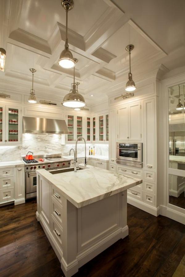 plan-de-travail-en-marbre-cuisine-toute-blanche-sol-foncé