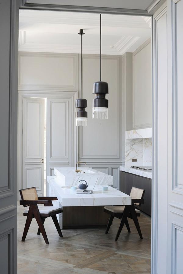 plan-de-travail-en-marbre-dans-une-cuisine-ultra-moderne