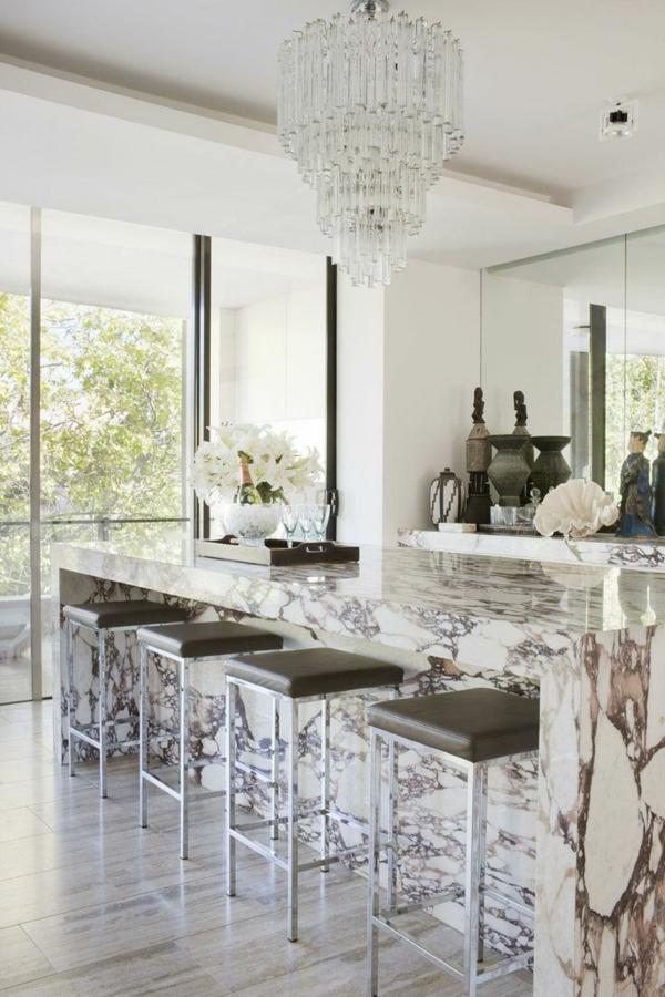 plan-de-travail-en-marbre-et-suspension-en-cristal