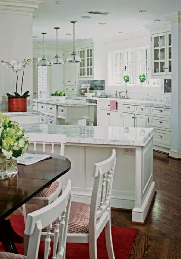 plan-de-travail-en-marbre-plusieurs-comptoirs-blancs-et-une-table-en-bois-foncé