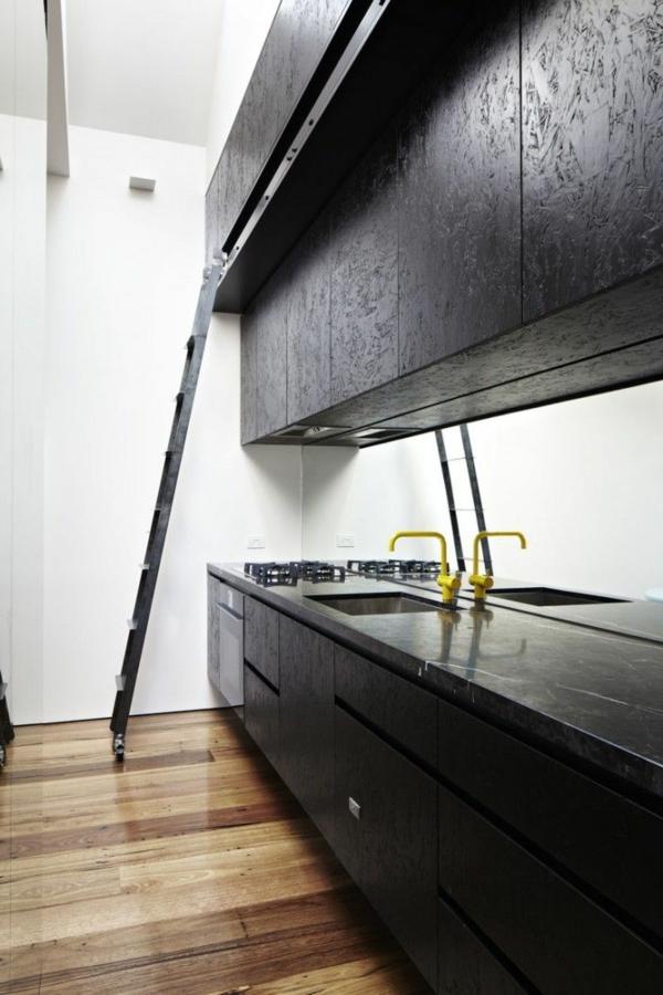 plan-de-travail-en-marbre-sol-stratifié-et-mobilier-noir