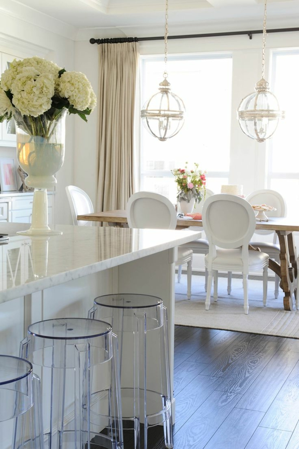 plan-de-travail-en-marbre-tabourets-acryliques-chaises-médaillons
