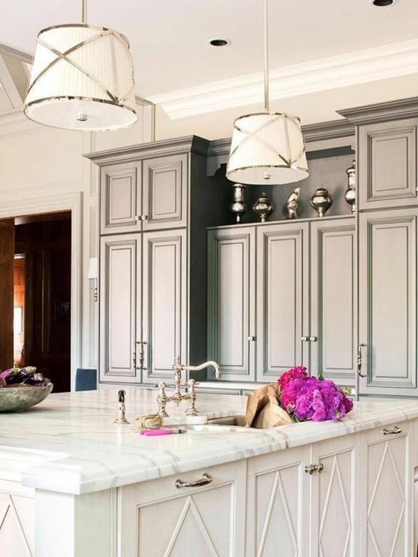 plan-de-travail-en-marbre-une-robinetterie-design-ancien