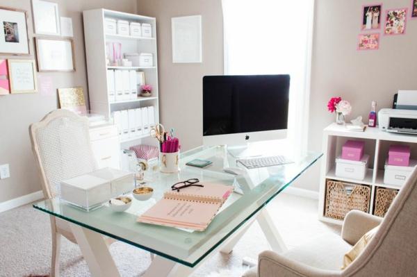 plateau-de-bureau-en-verre-chaises-blanches-et-tapis-blanc