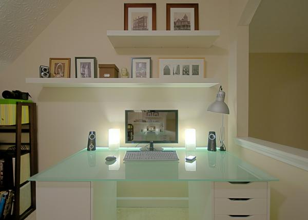 plateau-de-bureau-en-verre-dans-une-chambre-blanche