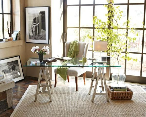 plateau-de-bureau-en-verre-tapis-sisal-et-une-plante-verte