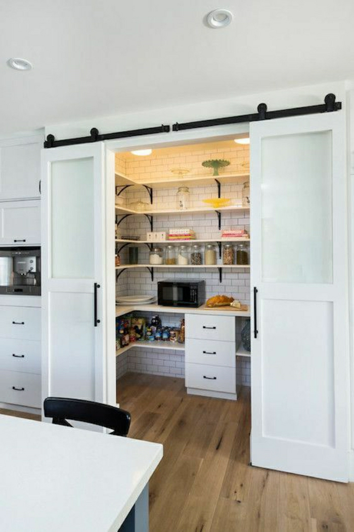 porte-coulissante-blanche-intérieur-moderne-parquet-porte-en-bois-blanche