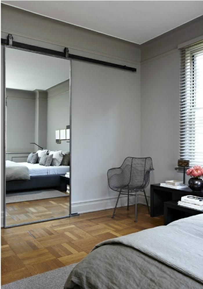porte-coulissante-miroir-sol-en-bois-parquet-chambre-a-coucher-lit-fenetre