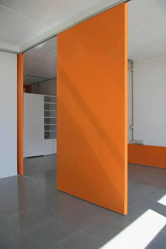 porte-coulissante-orange-intérieur-moderne-porte-en-bois-sol-en-lin-gris