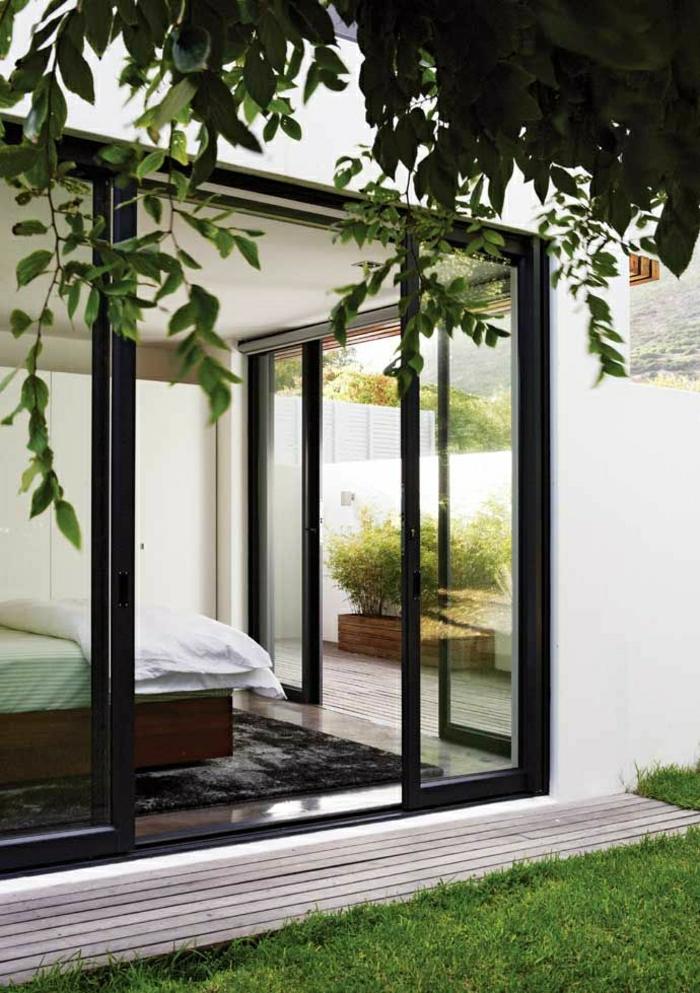porte-d-extérieur-coulissante-lit-chambre-a-coucher-murs-en-verre-idée-aménagement