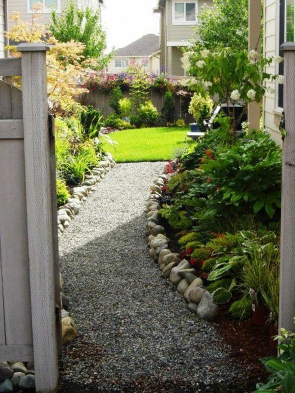 porte-en-bois-cour-jardin-gravier-alée-plantes-vertes