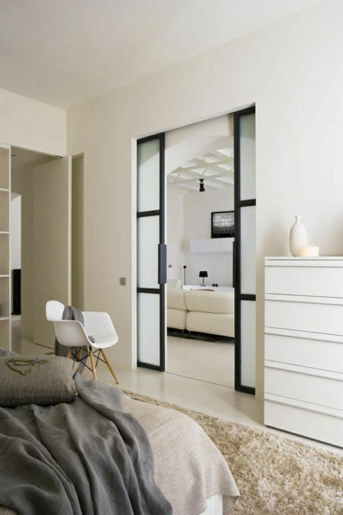 porte-entre-deux-chambres-coulissante-déco-blanc-tapis-beige-chaise-plastique-blanche
