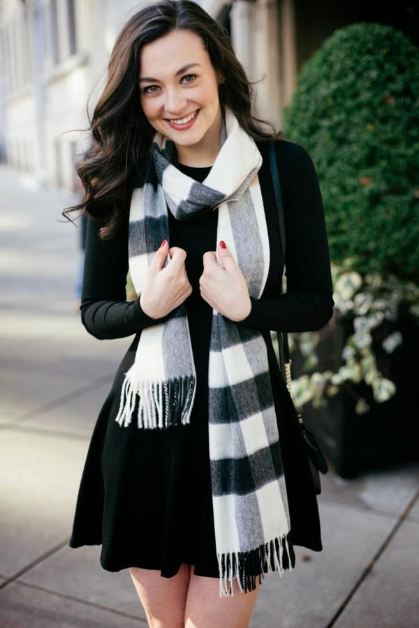 porter-burberry-écharpe-tenue-belle-robe-noir