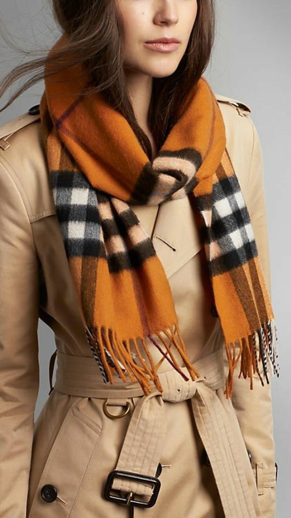 porter-burberry-écharpe-tenue-orange-cachemire